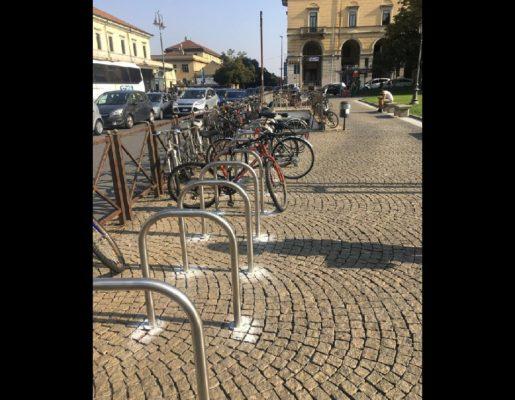 Parcheggio bici in stazione. Posati 36 nuovi stralli
