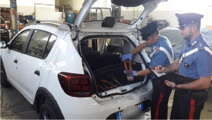 Fermati dai Carabinieri, lasciano l'auto rubata e scappano