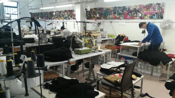Alta moda nel laboratorio fantasma. Sequestrati 30 mila capi contraffatti