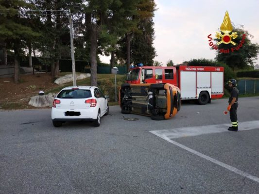 Scontro con ribaltamento, due feriti a Gozzano