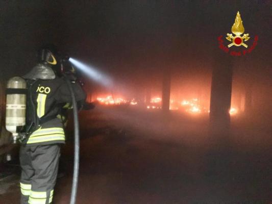 Nel fabbricato dismesso le fiamme bruciano di tutto