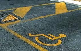 Usava il permesso del padre invalido, segnalata in Procura