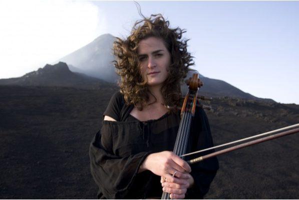 La violoncellista Monika Leskovar suona oggi al Conservatorio di Novara