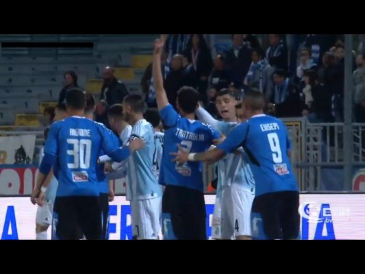 Harakiri Novara: in vantaggio con un gran goal di Mallamo, regala due rigori alla Virtus Entella