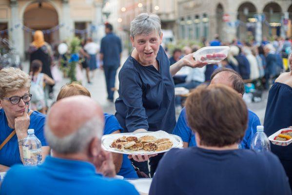 Borgo in Blu più di trecento commensali alla Cena di Comunità