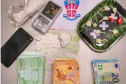 Un etto di cocaina nascosto nel comodino, 23enne in manette