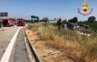 Autocisterna di gasolio si ribalta all'ingresso di Novara Est