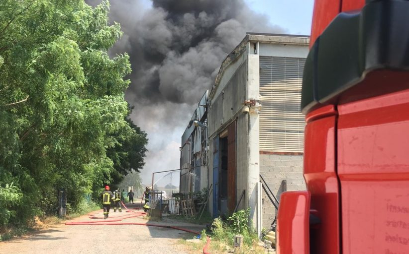 Incendio in un capannone di via Matteotti a Cameri