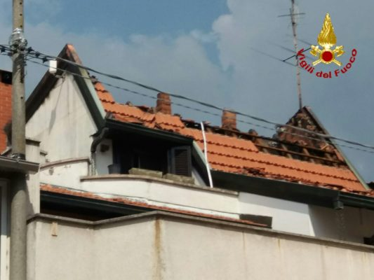 Pernate, in fiamme il tetto di una casa