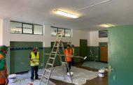 Cantieristi al lavoro alla scuola Galvani di Novara