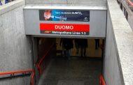 Scende sui binari della metro per raccogliere soldi, novarese denunciato