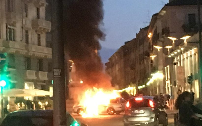 Auto in fiamme in piazza Cavour