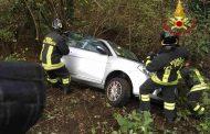 Incidente a Paruzzaro, auto in bilico sul canale di scolo