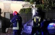 Auto prende fuoco dopo lo schianto contro un cancello a Orta