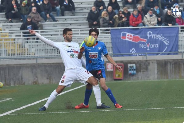 Il Novara prima sbatte sulla traversa poi va sotto e alla fine pareggia su rigore, col Pontedera è 1-1