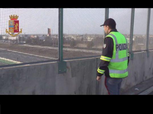Un arresto ed una denuncia a minore per i pericolosi lanci dal cavalcavia di Vicolungo sulla A4, da parte della Polizia di Novara, che prosegue le indagini su altri fenomeni accaduti in provincia.