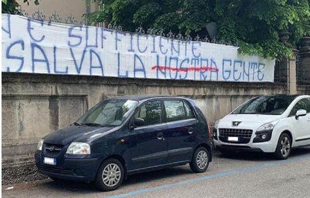 striscione segnato Nuares politica solidarietà ospedale Maggiore coronavirus 25 aprile liberazione