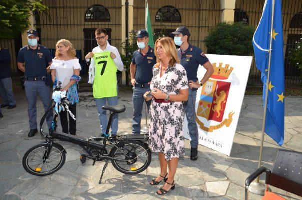In Questura è il Riccardo day. Storia di una grande amicizia nata da una bicicletta rubata. Le foto