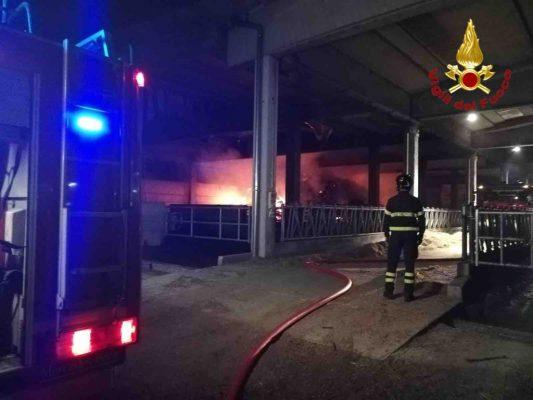 Vigili del Fuoco al lavoro nella notte, per domare le fiamme scoppiate in un'azienda agricola di Oleggio