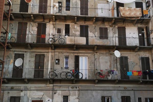 Verifiche e controlli della Polizia Locale nella palazzina dei migranti di corso Milano