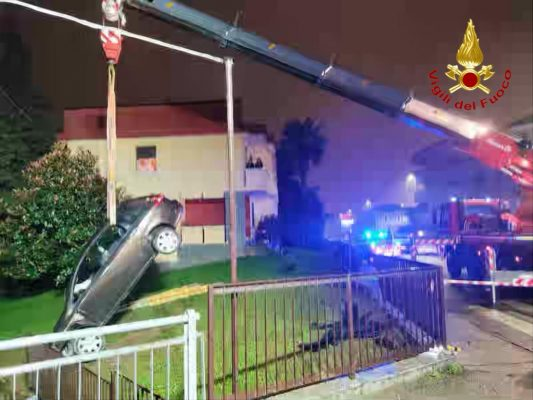 Sfonda una recinzione con l'auto e vola nel canale per fortuna asciutto. Un ferito in Strada Biandrate a Novara