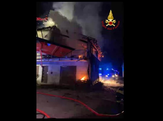 Nella notte caseggiato in fiamme ad Oleggio