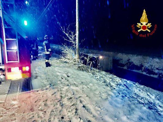 Furgone scivola sulla neve e si ribalta in un canale a Granozzo con Monticello