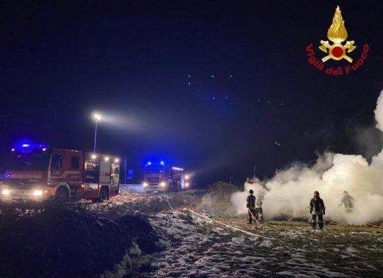 In fiamme 4000 rotoballe fra San Pietro Mosezzo e Cesto. Goliardia di capodanno?