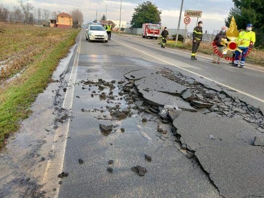 Si apre l'asfalto in corso Trieste, strada bloccata per l'intervento dei Vigili del Fuoco
