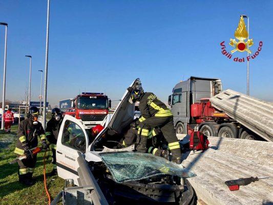 cairco rovesciato rotonfa Trecate incidente Vigili del Fuoco