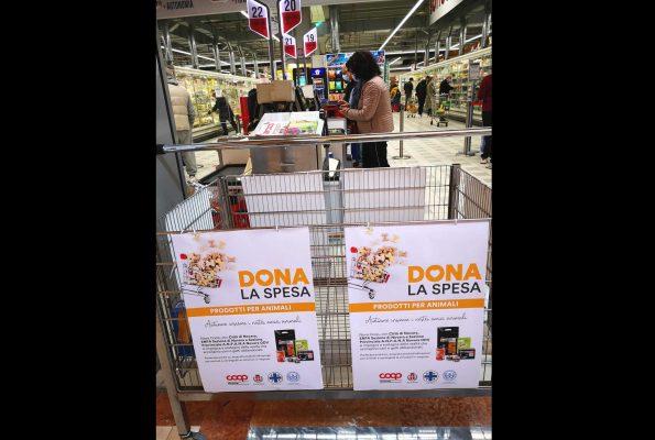 """""""Dona la spesa"""" raccolta di cibo e accessori per animali domestici"""