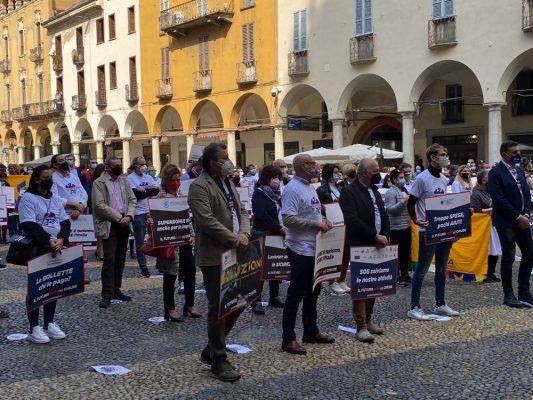 A Novara va in piazza il dramma del commercio. Ascom: #ilfuturononsichiude