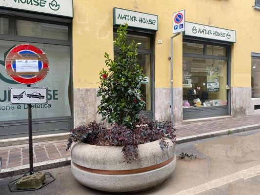 Fioriere, panchine e vuovi arredi urbani: il centro si veste di primavera per accogliere il Giro d'Italia
