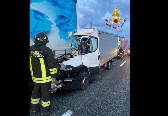 furgone contro autoarticolato Novara Est A4