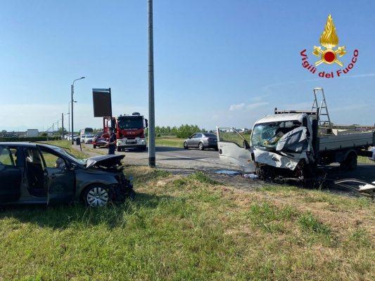 Due feriti nello scontro auto-furgone a Lumellogno: un codice rosso ed uno giallo