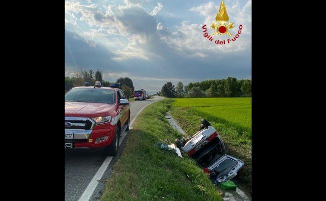 Morto dentro l'auto ribaltata nel fossato, inutili i soccorsi per un 40enne di Borgolavezzaro