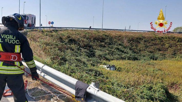 Furgoncino vola nella scarpata nei pressi dell'uscita di corso Milano della Tangenziale